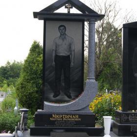 Памятник е122